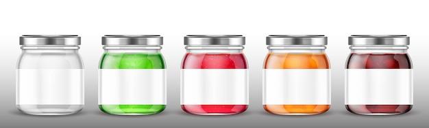Frascos de vidrio con mermelada y etiqueta en blanco.