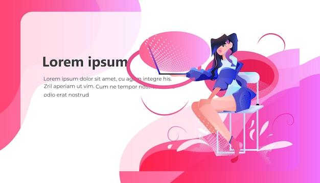 Freelancer mujer sentada en una silla y usando la red de medios sociales portátil concepto de comunicación en línea espacio de copia horizontal