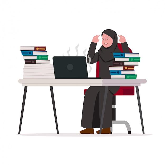 Frustrada mujer de negocios árabe agotado trabajador
