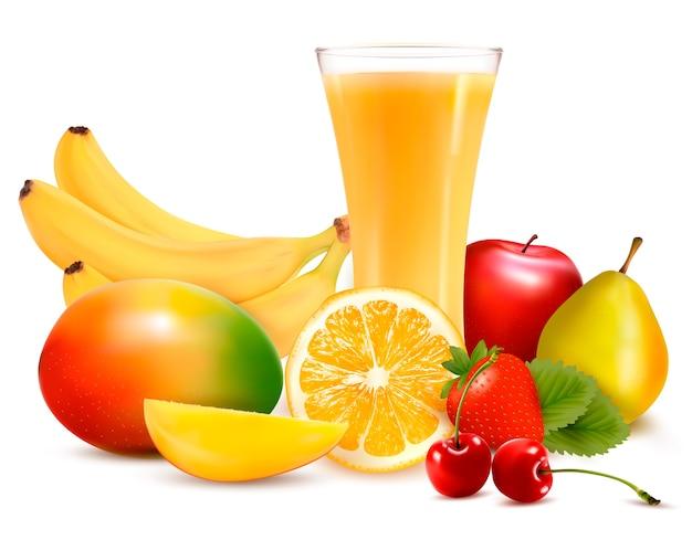 Fruta fresca y jugo aislado en blanco