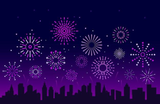 Fuegos artificiales de la ciudad de noche. petardos de pirotecnia navideña festiva con horizonte urbano. saludos del festival de la fiesta de navidad