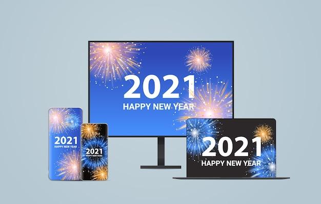 Fuegos artificiales de navidad en pantallas de dispositivos digitales feliz año nuevo vacaciones celebración concepto ilustración vectorial