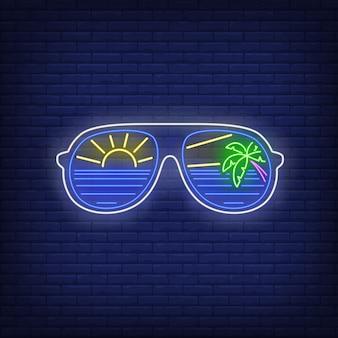 Gafas de sol con letrero de neón de mar, sol y palmera.
