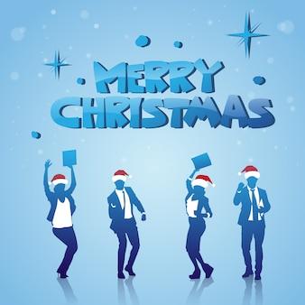 Gente alegre siluetas con santa sombreros celebrando feliz navidad vacaciones de invierno cartel