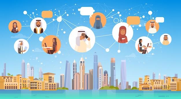 Gente árabe que tiene conexión chat, medios de comunicación, redes sociales, sobre fondo de la ciudad