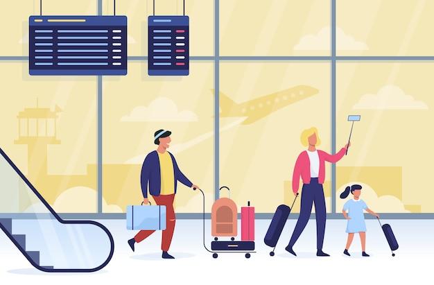 Gente caminando con el equipaje en el aeropuerto.
