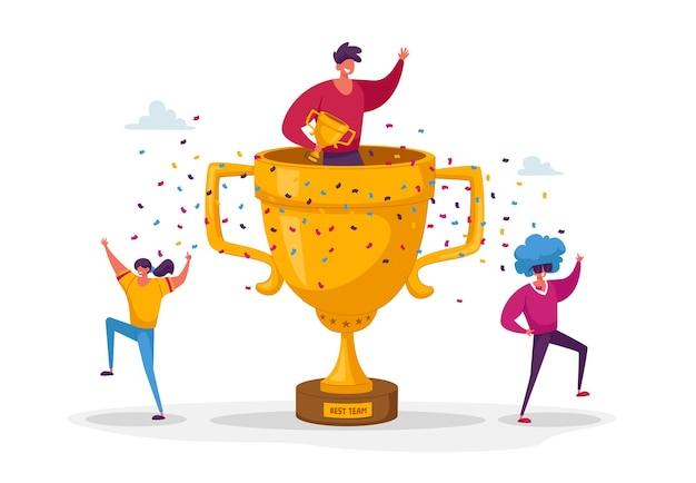 Gente celebrando ganar riendo con las manos en alto alrededor de la enorme copa de oro