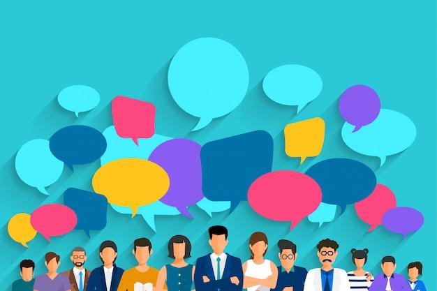 La gente del concepto de diseño plano habla con la burbuja del mensaje del globo.