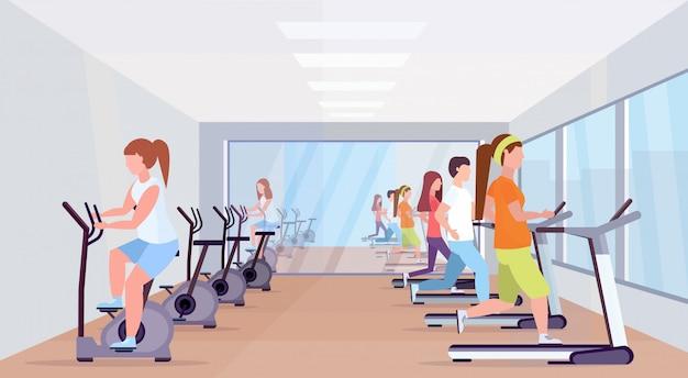 Gente corriendo caminadora y montando bicicleta estacionaria spinning actividades deportivas concepto de estilo de vida saludable hombres mujeres grupo trabajando moderno gimnasio interior integral horizontal