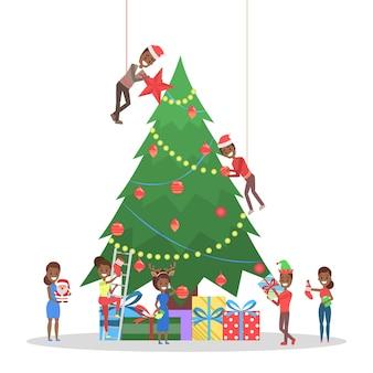 Gente decorando un gran árbol de navidad. personajes felices preparándose para la celebración del año nuevo. chicos con regalo y bebiendo champán. ilustración
