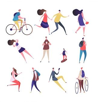 Gente de dibujos animados caminando calle. hombre mujer con smartphone, andar en bicicleta patineta en actividades al aire libre de verano. caracteres