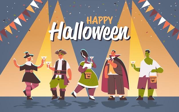 Gente en diferentes disfraces celebrando el concepto de fiesta de halloween feliz mezcla raza hombres mujeres divirtiéndose letras tarjeta de felicitación ilustración vectorial horizontal de longitud completa