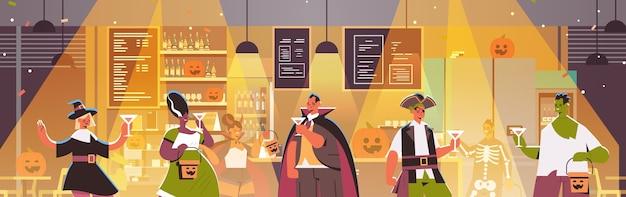 Gente en diferentes disfraces celebrando feliz halloween fiesta mezcla raza hombres mujeres bebiendo cócteles con ilustración de vector horizontal de retrato de fiesta de bar