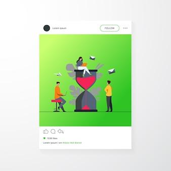 Gente diminuta y enorme ilustración de vector plano de vidrio de arena. equipo de dibujos animados trabajando junto con computadoras portátiles. gestión del tiempo y concepto empresarial