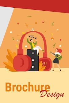 Gente diminuta feliz escuchando música espiritual cerca de la ilustración de vector plano de auriculares enormes. chico joven con estrella y chica tocando la guitarra. concepto de estilo de vida y tecnología
