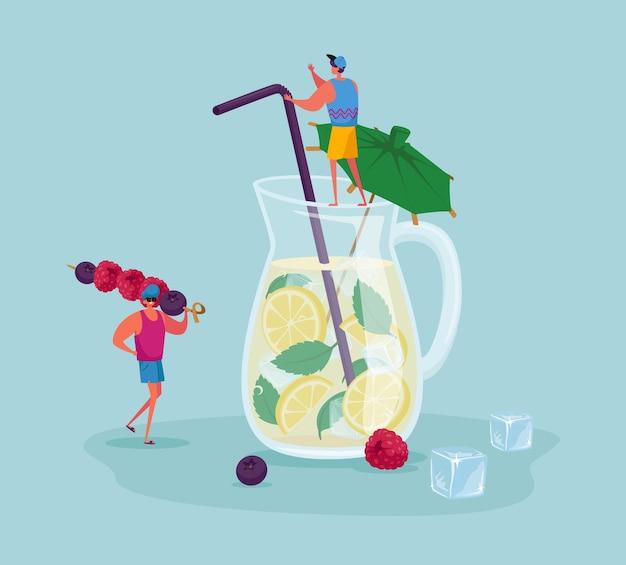 Gente diminuta en jarra de vidrio enorme con limonada o jugo con rodajas de limón