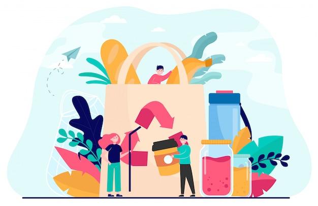 Gente empacando comida orgánica en una bolsa ecológica