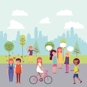 La gente estaciona y la ciudad