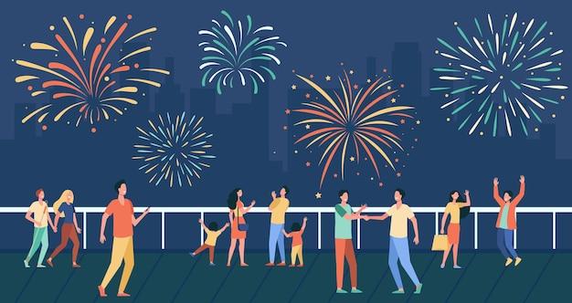 Gente feliz celebrando en la calle de la ciudad y viendo la ilustración plana de fuegos artificiales.