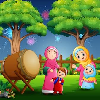Gente feliz celebrando eid mubarak en el parque