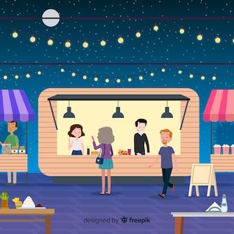 Gente en una feria nocturna.