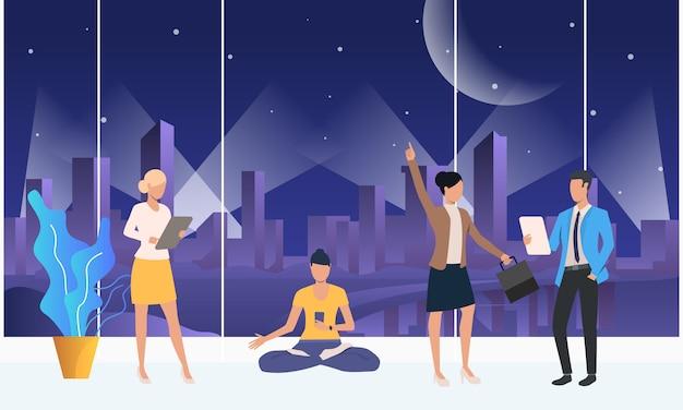 Gente hablando, usando aparatos y meditando en un espacio de trabajo conjunto