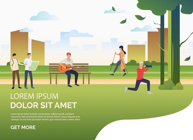 Gente haciendo deporte y relajándose en el parque de la ciudad, texto de muestra.