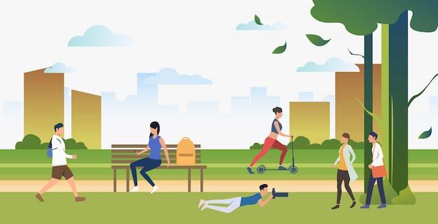 Gente haciendo deporte y relajándose en el parque de la ciudad.
