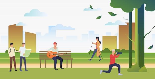 Gente haciendo deporte, tomando fotos y relajándose en el parque de la ciudad.