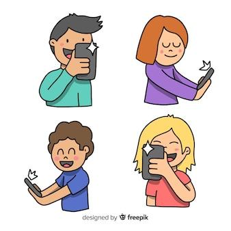 Gente joven dibujada a mano usando dispositivos tecnológicos