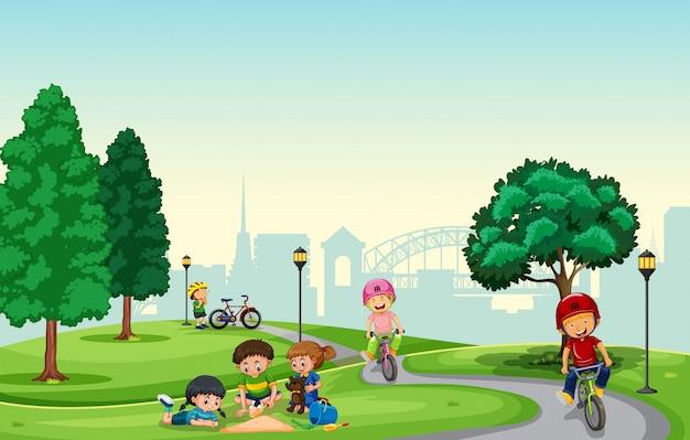 Gente jugando en el parque