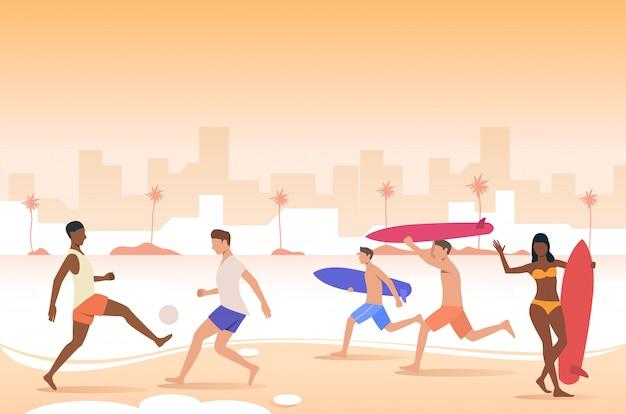 Gente jugando a la pelota, sosteniendo tablas de surf en la playa de la ciudad.