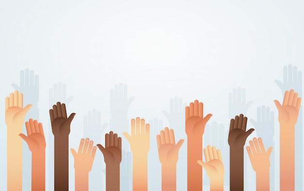 La gente levantó las manos de diferente color de piel