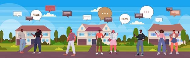 Gente leyendo periódicos discutiendo noticias diarias chat burbuja comunicación concepto mezcla raza hombres mujeres caminando al aire libre ilustración horizontal de longitud completa