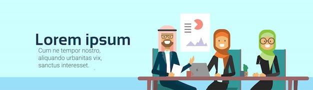 Gente de negocios árabe grupo presentación finanzas datos empresarios árabes equipo formación conferencia musulmán reunión bandera