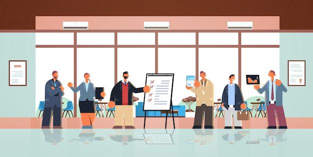 Gente de negocios equipo de pie juntos hombres mujeres oficinistas exitoso trabajo en equipo concepto centro de trabajo creativo centro de trabajo interior plano horizontal de longitud completa