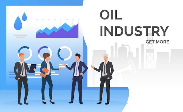 Gente de negocios de la industria petrolera trabajando y discutiendo tablas de datos.