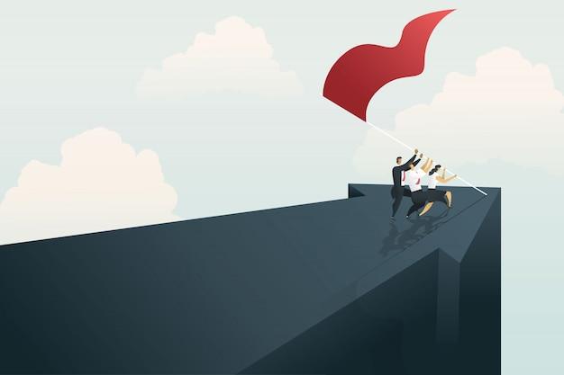La gente de negocios trabaja en equipo para lograr el objetivo en la montaña.