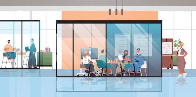 Gente de negocios trabajando y hablando juntos en el concepto de trabajo en equipo de reunión de negocios del centro de coworking