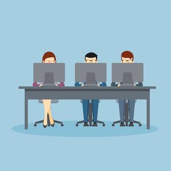 Gente de negocios usando computadoras portátiles