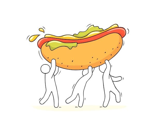 Gente pequeña de dibujos animados lleva perrito caliente. doodle linda escena en miniatura de trabajadores con comida rápida.