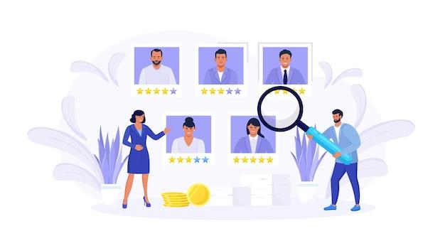 Gente pequeña eligiendo al mejor candidato. los gerentes de recursos humanos buscan un nuevo empleado y seleccionan un currículum vitae de trabajador o personal. proceso de contratación en línea. gestión de recursos humanos y concepto de contratación laboral