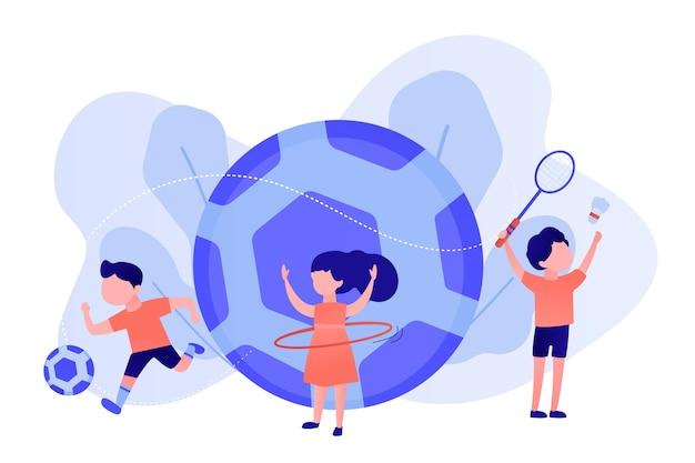 Gente pequeña, niños activos en el campamento que practican deportes al aire libre y fútbol grande
