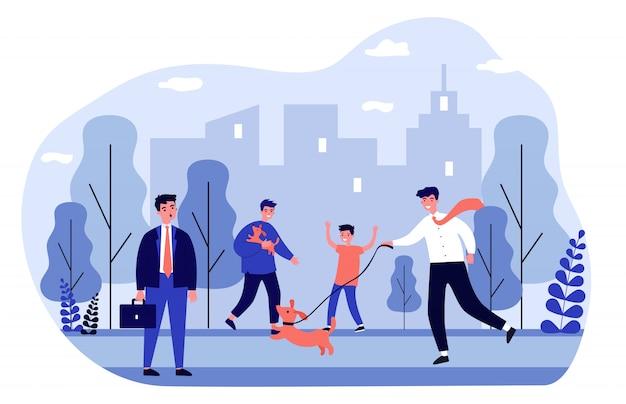 Gente positiva paseando perros en el parque de la ciudad