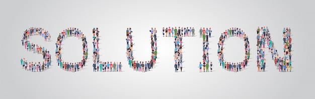 La gente se reúne en forma de palabra de solución