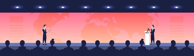 Gente, sentarse, cine, sala, vista trasera, mirar, hombre de negocios, mujer, político, hablar