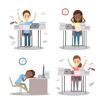 La gente trabaja hasta tarde en la noche. carácter de oficina cansado durmiendo en el lugar de trabajo.
