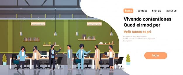 Gente trabajo en equipo comunicación lluvia de ideas concepto negocio hombres mujeres trabajando reunión moderno oficina interior completo longitud personajes de dibujos animados