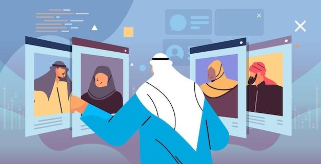 Gerente árabe de recursos humanos que elige currículum vitae con foto e información personal de los nuevos empleados candidatos a empleo