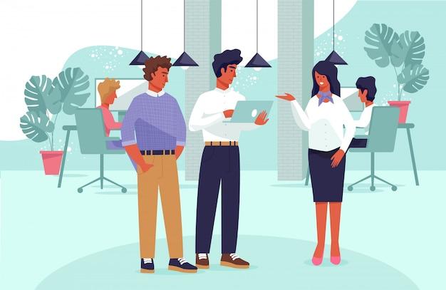 Gerente ejecutivo dando consejos a compañeros de trabajo masculinos